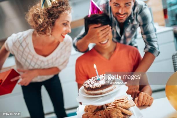 festeggiare il compleanno insieme - circondare foto e immagini stock