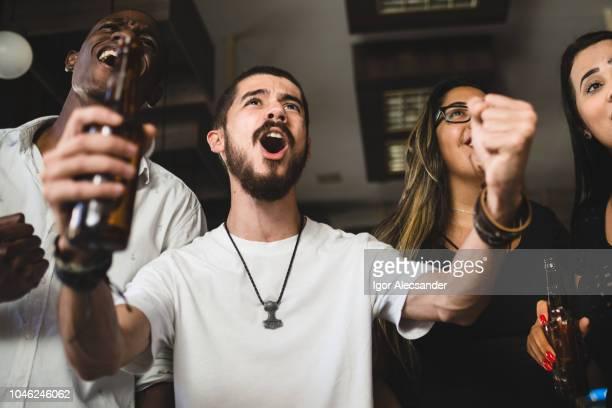 Das Ziel in einer Bar feiern