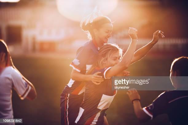 célébrant la victoire après le match de football! - football féminin photos et images de collection