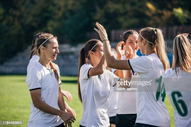 het vieren van de overwinning na voetbalwedstrijd! - team sport stockfoto's en -beelden