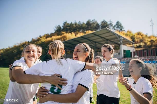 het vieren van de overwinning na voetbalwedstrijd! - voetbalteam stockfoto's en -beelden