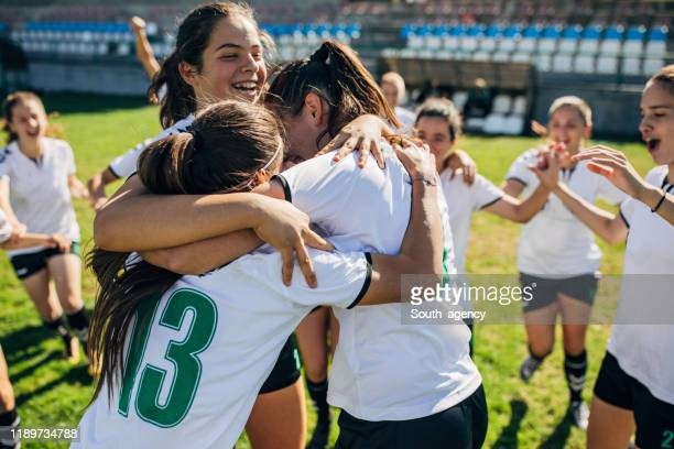¡celebrando la victoria después del partido de fútbol! - fútbol femenino fotografías e imágenes de stock
