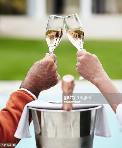 Feiern das Leben mit Champagner