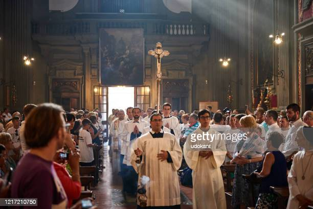 celebration of mass in san firenze church, florence, italy - cristianesimo foto e immagini stock