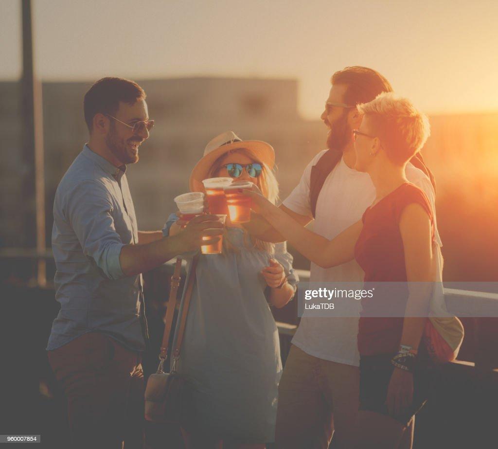 Feier-Toast mit Sonnenuntergang : Stock-Foto