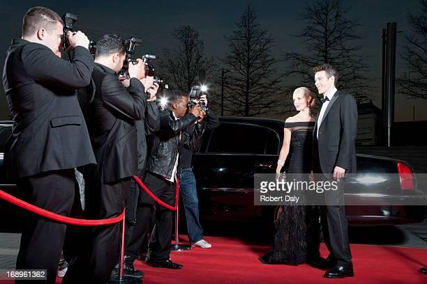 Posando de paparazzi de famosos por la alfombra roja