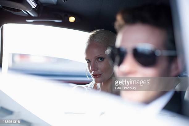 celebridades sesión en backseat of car - mujeres de mediana edad fotografías e imágenes de stock