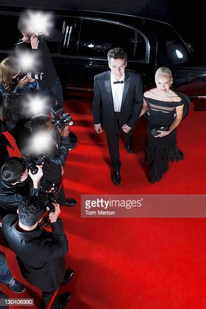 Célébrités marchant sur le tapis rouge