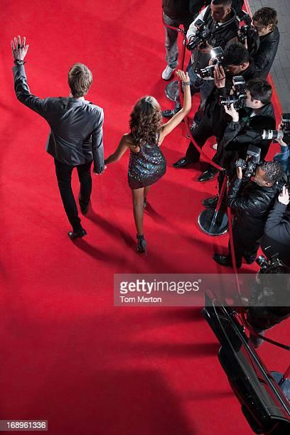 Célébrités agitant de paparazzi sur le tapis rouge