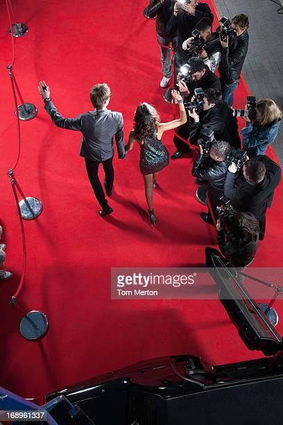 Prominente winkt Die paparazzi auf dem roten Teppich
