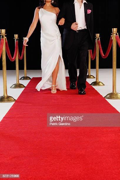 celebrity couple arriving at red carpet event - red carpet event photos et images de collection