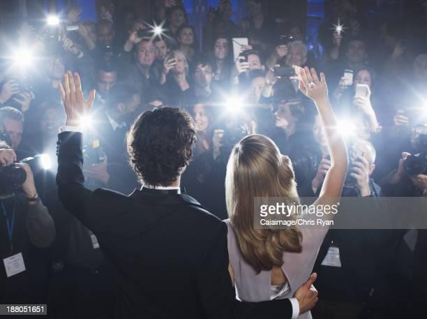 セレブのカップルは手を振るを「パパラッチ」レッドカーペット