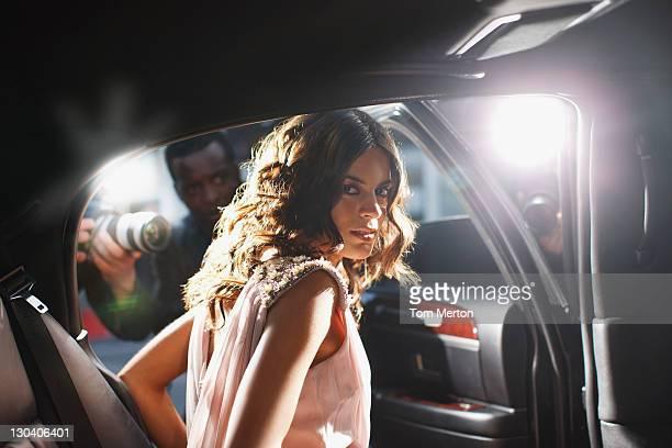celebrity sie aus dem auto in richtung paparazzi - red carpet event stock-fotos und bilder