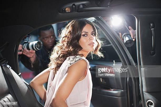 Celebrity Sie aus dem Auto in Richtung paparazzi