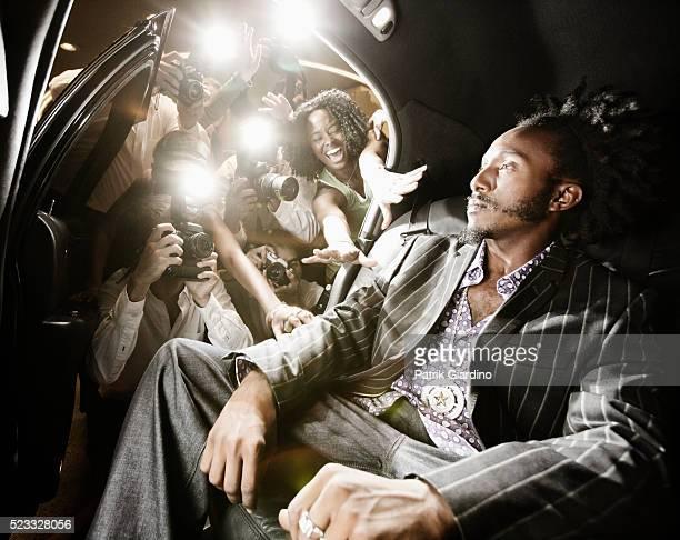 celebrity in limo ignoring fans and paparazzi - prima cinematografica foto e immagini stock
