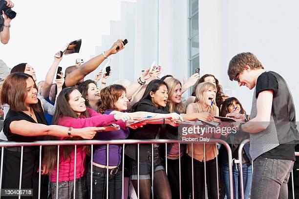 Celebrity Unterzeichnung autographs für fans