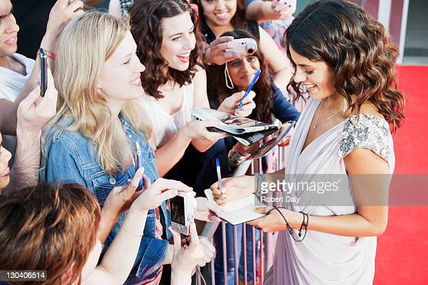 celebrity signing autographs on red carpet - beroemdheden stockfoto's en -beelden