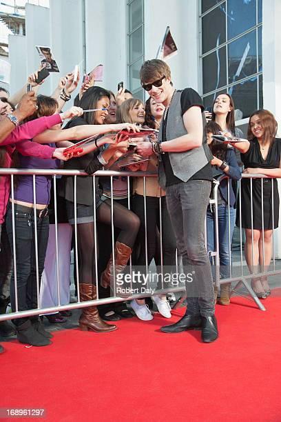 Celebrity Unterzeichnung autographs auf roten Teppich