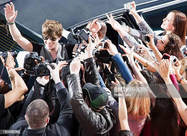 Celebrity winken paparazzi und fans