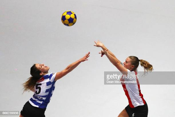 Celeste Split of Top/Quoration shoots in front of Loraine Vissers of BlauwWit during the Dutch Korfball League Final between BlauwWit and...