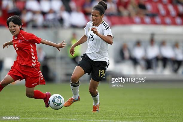 Celia Okoyino Da Mbabi gegen Jong Sun Kim Frauenfussball Länderspiel Deutschland Nordkorea Korea DVR 20 am 21 5 2011