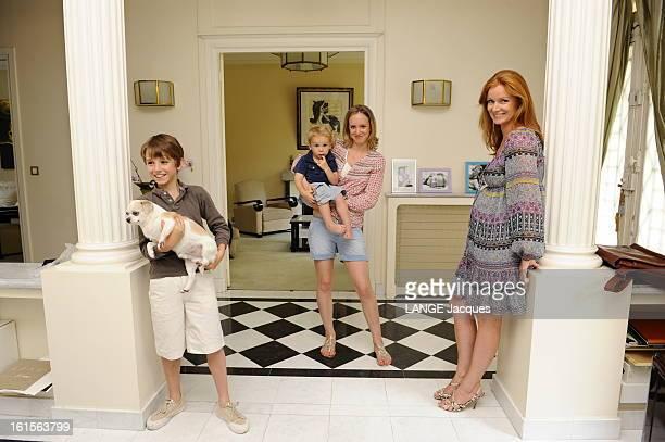 Celine Martin With Family At Home In Neuillysurseine NeuillysurSeine 4 juillet 2009 Céline MARTIN 3e épouse de l'animateur Jacques Martin chez elle...