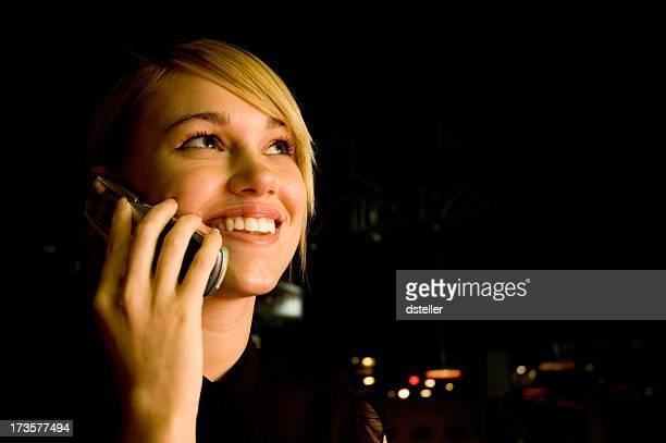携帯電話の夜には、若い女性