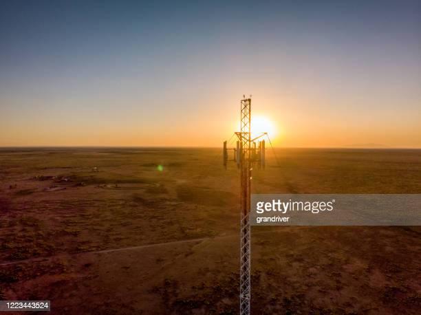 日没時の5gセルタワー:携帯電話とビデオデータ伝送のための携帯電話通信塔 - テレビ塔 ストックフォトと画像