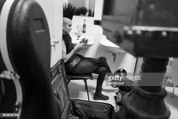 Cellistin Mariza Rangel Backstage kurz vorm Auftritt auf dem 25 WaveGotikTreffens in Leipzig