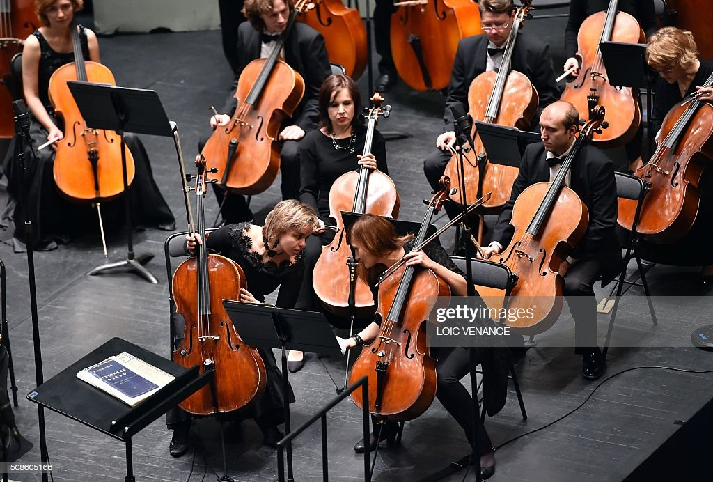 Celloists of the Ural Philharmonic Orchestra talk prior to performing during the 'Folle Journee de Nantes' classical music festival in Nantes, western France, on February 5, 2016. / AFP / LOIC