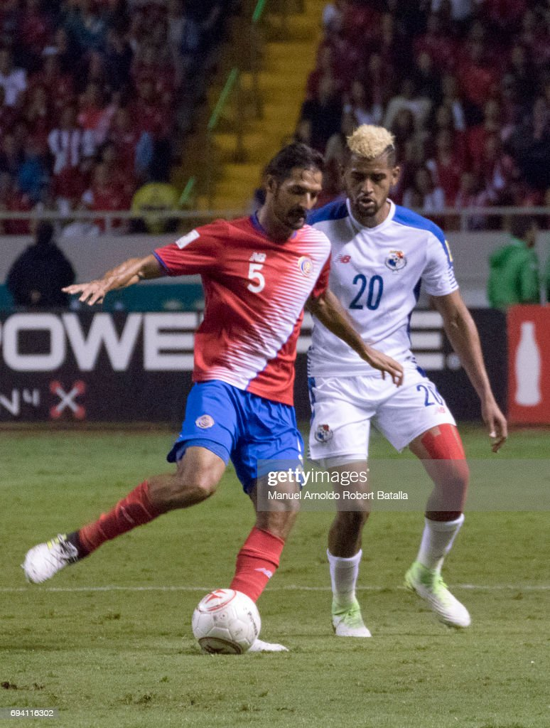 Celso Borges of Costa Rica fights for the ball with Ismael Diaz of Panama during the match between Costa Rica and Panama as part of the FIFA 2018 World Cup Qualifiers at Estadio Nacional on June 08, 2017 in San Jose, Costa Rica.