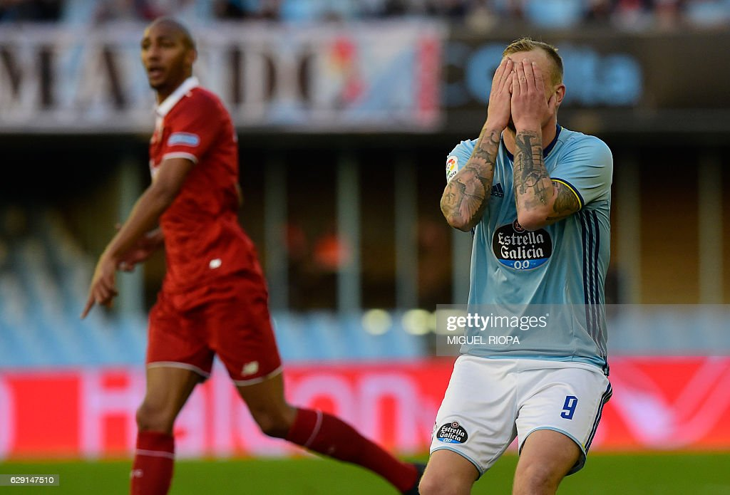 Celta Vigo's Swedish forward John Guidetti (R) gestures during the Spanish league football match RC Celta de Vigo vs Sevilla FC at the Balaidos stadium in Vigo on December 11, 2016. Sevilla won 3-0. / AFP / MIGUEL