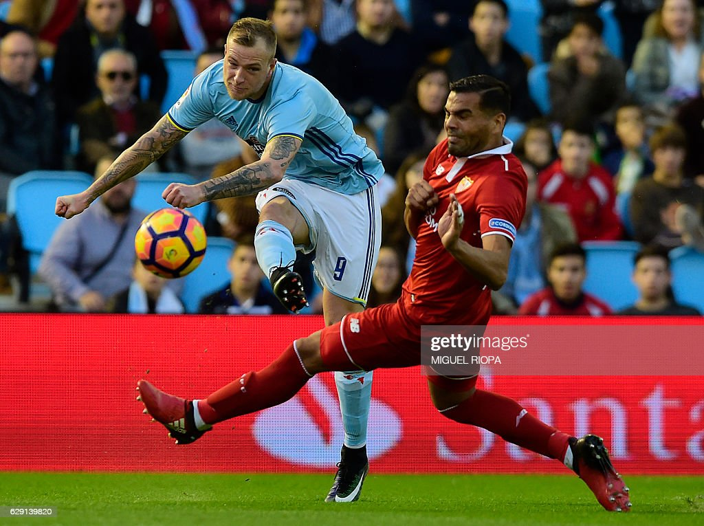 Celta Vigo's Swedish forward John Guidetti (L) kicks the ball next to Sevilla's Argentinian defender Gabriel Mercado during the Spanish league football match RC Celta de Vigo vs Sevilla FC at the Balaidos stadium in Vigo on December 11, 2016. / AFP / MIGUEL