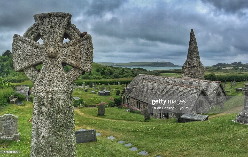 Celtic Cross At Cemetery Against Cloudy Sky : Stock Photo