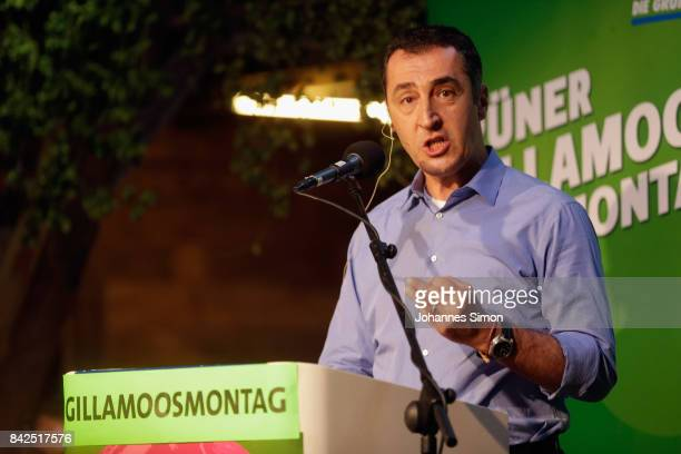 Cem Oezdemir of Buendnis90 / Die Gruenen delivers a speech at the Gillamoos amusement fair on September 4 2017 in Abensberg Germany Politicians among...