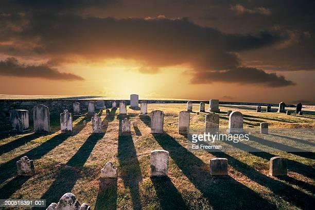 cemetery at antietam national battlefield - grabstein stock-fotos und bilder