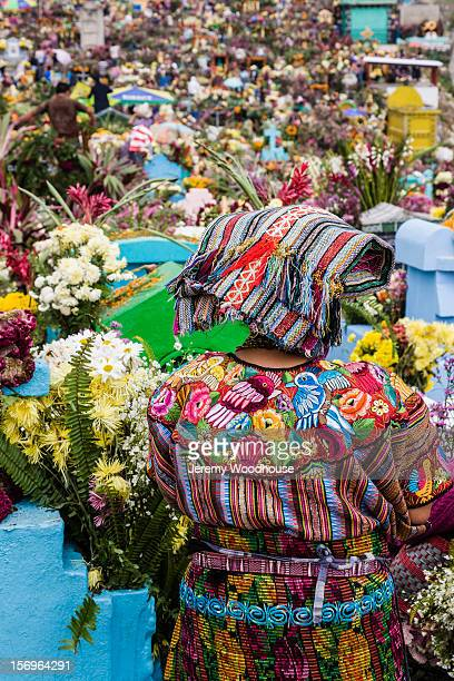 cemetery at zunil decorated for day of the dead - quetzaltenango stock-fotos und bilder