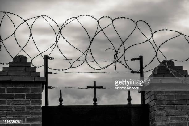 cemetery wall with concertinas - vicente méndez fotografías e imágenes de stock