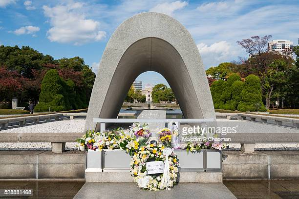 cenotaph and a bomb dome, hiroshima peace memorial, hiroshima - hiroshima fotografías e imágenes de stock