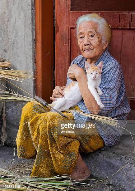 Centenarian Frau Holding Katze