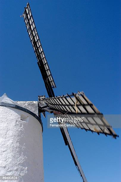 iv centenary of 'el quijote' by miguel de cervantes. route of the quijote. castile la mancha, spain. the route of don quijote travels the places characterized by cervantes in his novel 'don quijote de la mancha'. in the image, windmills of consuegra, tole - don quijote de la mancha photos et images de collection