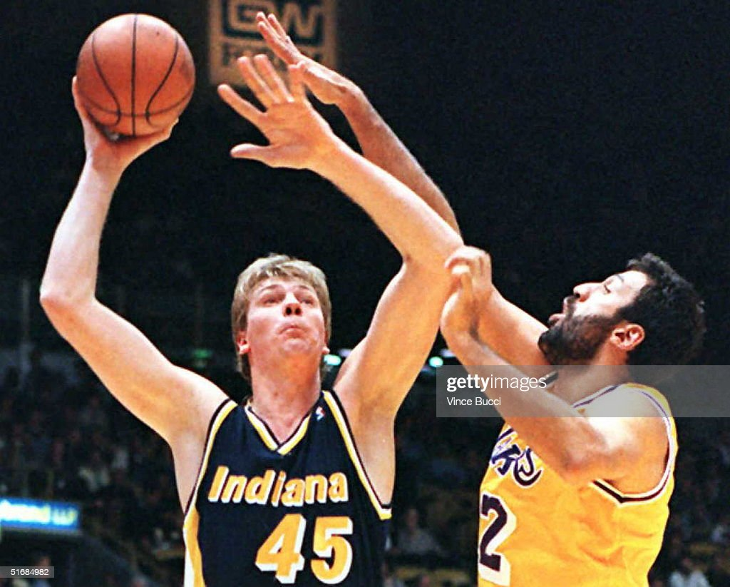 Center Rick Smits of the Indiana Pacers (L) puts u : News Photo