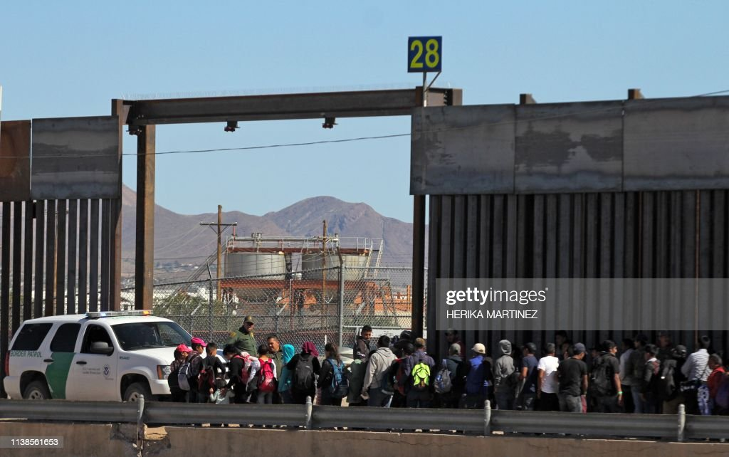 MEXICO-US-MIGRATION-SURRENDER : News Photo