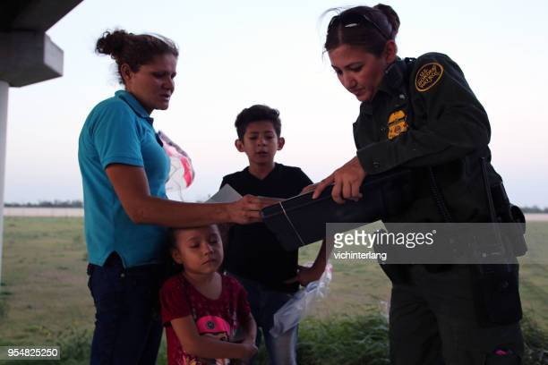 central american refugees, south texas - border patrol stock pictures, royalty-free photos & images