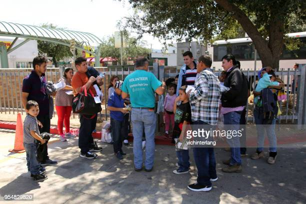 central american refugees, south texas - central america stock pictures, royalty-free photos & images