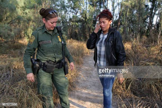 central american refugees, south texas - trafficking stock pictures, royalty-free photos & images