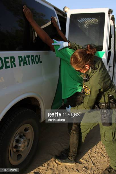 central american refugees, south texas - human trafficking stock pictures, royalty-free photos & images