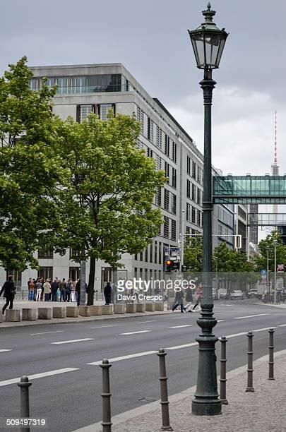 central berlin - mensch im hintergrund stock-fotos und bilder