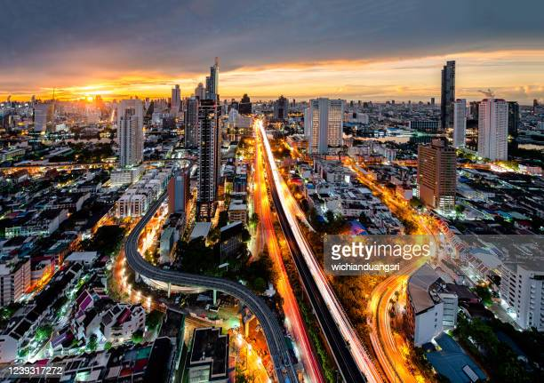 distrito central de negocios, bangkok, con rascacielos matutiutis, tailandia - bangkok fotografías e imágenes de stock
