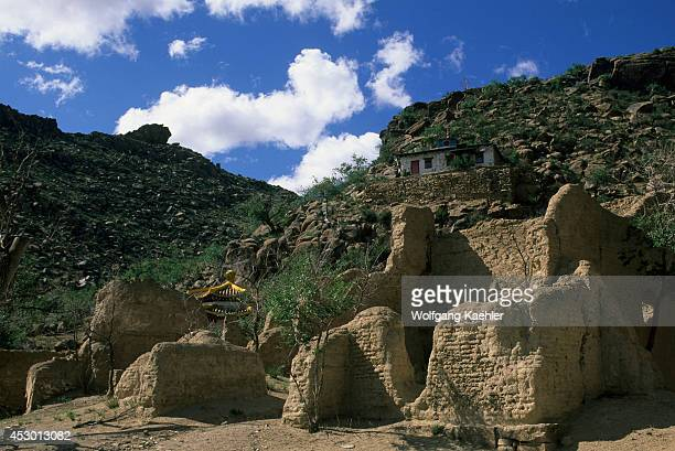 Central Mongolia, Khogno Khan Mountains, View Of New Ovgon Monastery, Ruins In Forground.